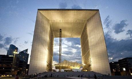 Arche de la defense, Paris.    Photograph: tourbytransit.com